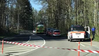 Ein Reporter der Radiostation «Neo1» fotografierte den angehaltenen Flixbus und stellte das Foto auf Twitter.