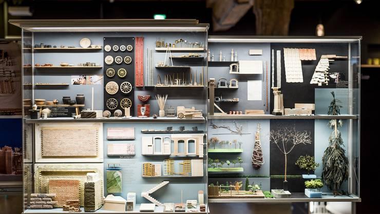 In verschiedenen Boxen sind die einzelnen Entstehungsschritte und verwendete Materialien ausgestellt.