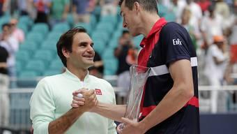 John Isner gratulierte Roger Federer nach der klaren Niederlage im Final und lobte den Schweizer danach in den höchsten Tönen