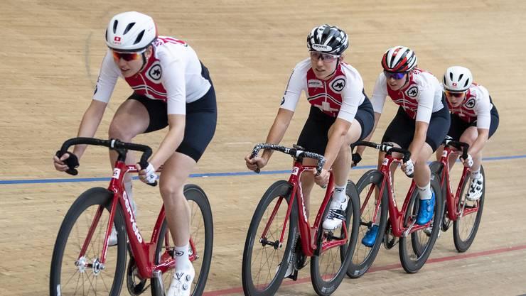 Die Schweizer Bahnradrennfahrerinnen Aline Seitz, Lena Mettraux, Michelle Andres und Andrea Waldis (v.l.) messen sich im Tissot Velodrome in Grenchen.