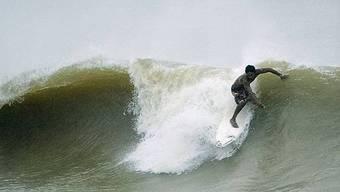 Ein Wellenreiter (Themenbild)