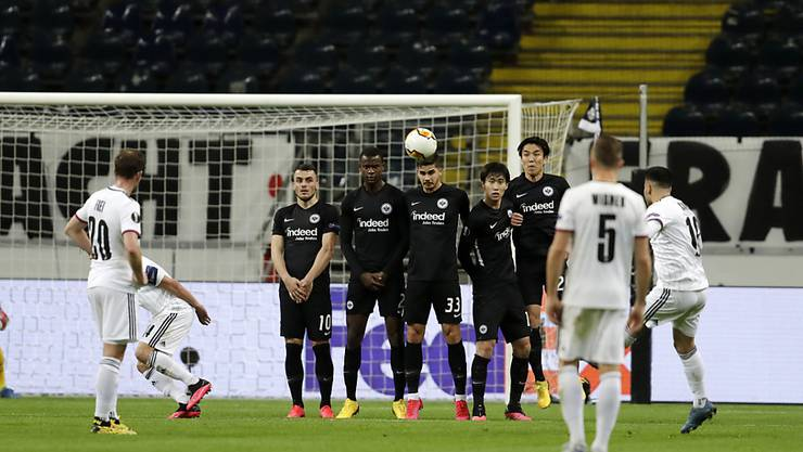 Vor leeren Zuschauerrängen in Frankfurt: Samuele Campo zirkelt einen Freistoss zum 1:0 ins Tor