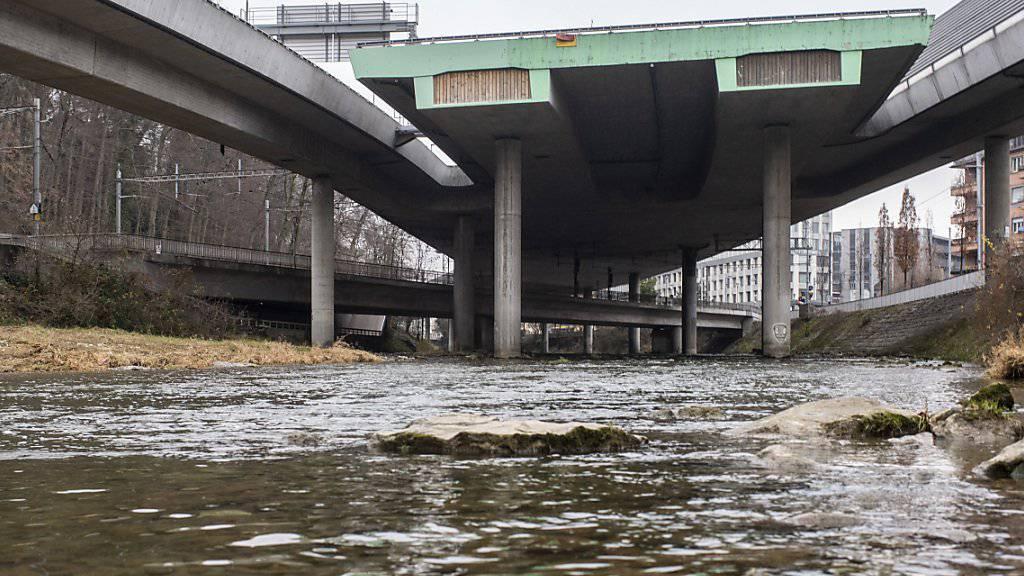 Der Autobahnanschluss A3W der Sihlhochstrasse in Zürich: hier verunfallte am 16. Dezember ein Reisecar. Eine Passagierin wurde aus dem Bus in die Sihl geschleudert und starb. Am Montag erlag einer der beiden Chauffeure des Unglückscars seinen Verletzungen im Spital.