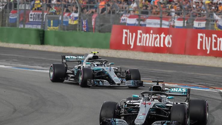 Lewis Hamilton liegt vor seinem Teamkollegen Valtteri Bottas und feiert seinen 66. GP-Sieg