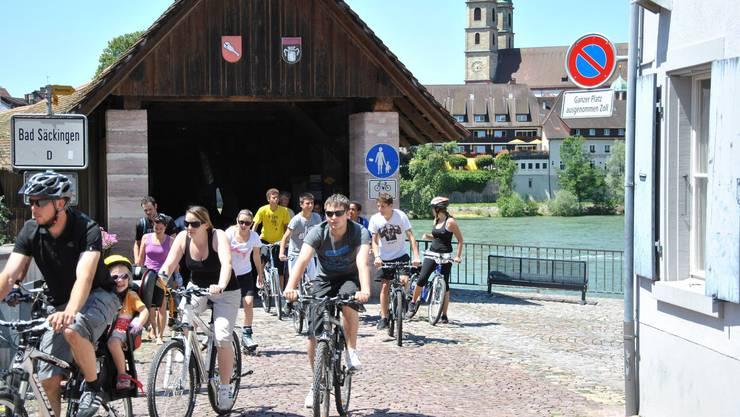 Über die alte Holzbrücke geht es beim slowUp weiter nach Stein, Münchwilen und Sisseln.