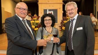Gemeindeammann Heinz Bürki, OK-Präsidentin Irène Dössegger und Gewerbeverbandspräsident Kurt Schmid stossen auf eine erfolgreiche Seetal-Expo in Seon an..