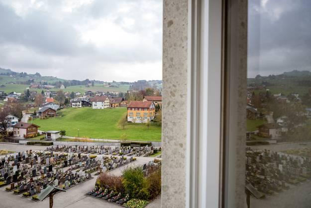 Blick auf die Gemeinde Appenzell, im Vordergrund der Friedhof der Kirche St. Mauritius.