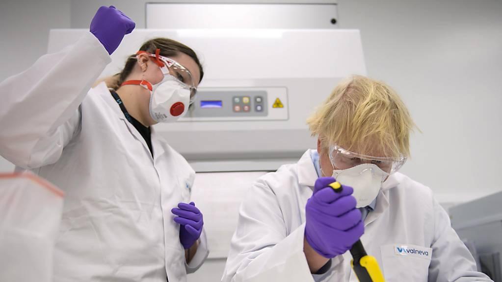 Großbritanniens Premierminister Boris Johnson besichtigt das französische Biotech-Unternehmen Valneva. Gut ein halbes Jahr nach Vertragsabschluss mit dem Corona-Impfstoffentwickler Valneva hat die britische Regierung den Vertrag über die Lieferung von 100 Millionen Dosen gekündigt.