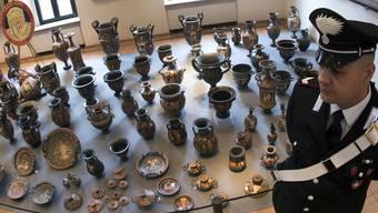Januar 2015: Stolz zeigen die italienischen Behörden in Rom die in Basel sichergestellten kostbaren Gegenstände illegaler Herkunft. 1200 sind noch hier.