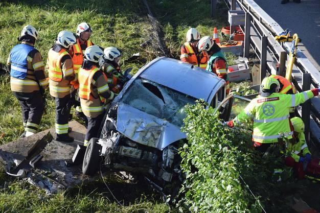 Subingen SO, 29. September: Einen Autolenker durchbrach einen Wildschutzzaun und prallte danach in einem Elektrokasten. Er verletzte sich mittelschwer.