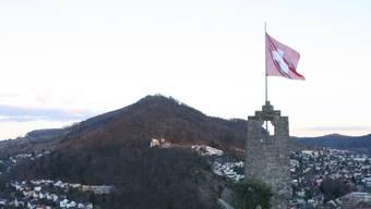 Auf der Ruine Stein weht die Schweizer Fahne