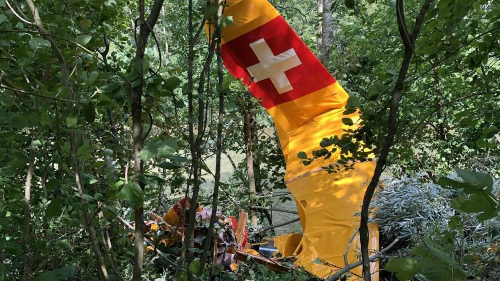Neben dem Flugplatz von Epagny im Kanton Freiburg ist am Dienstag ein Flugzeug abgestürzt. Pilot und Passagier kamen mit leichten Verletzungen davon.