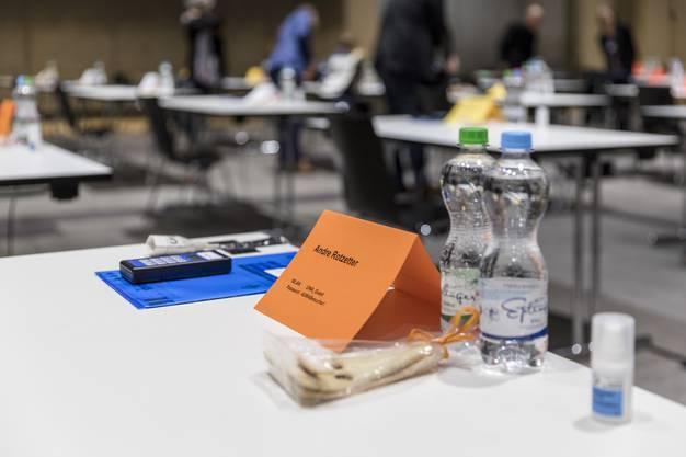 Jedes Grossratsmitglied hat Wasser, Desinfektionsmittel und Schutzmasken auf dem Tisch.