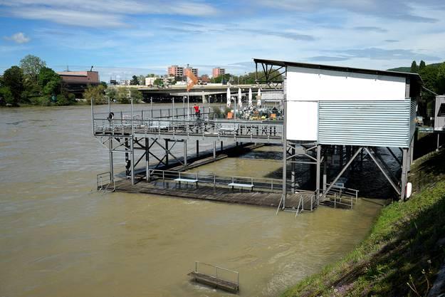 Der Rhein beim Badhüsli Breite hat den unteren Spazierweg bereits überspült und die unteren Holzstege des Badhüslis sind nur noch knapp oberhalb der Wasserlinie.