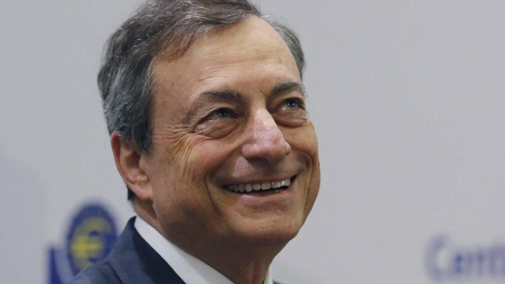 Mario Draghi sieht die Geldpolitik auf Kurs. (Archivbild)