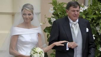 Mike Wittstock geleitet seine Tochter zum Altar
