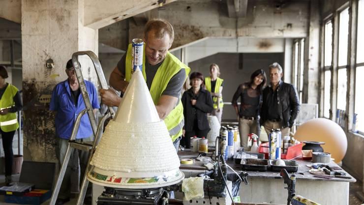 Künstler Frank Lüling kreiert Objekte aus Bauschaum. Er erklärt, wie sein Arbeitsprozess vor sich geht.