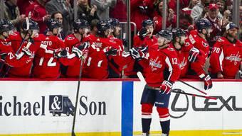 Washingtons Jakub Vrana lässt sich von seinen Teamkollegen feiern
