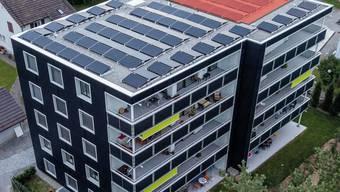 Das Gebäude «Sonnenpark Plus» in Wetzikon: Solarpanels auf einem Viertel des Daches (rot) reichten, um die Energievorgaben zu erfüllen.