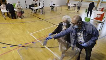 Unter Wahrung der Sicherheitsmassnahmen: Wählende in einem Abstimmungslokal in Warschau.