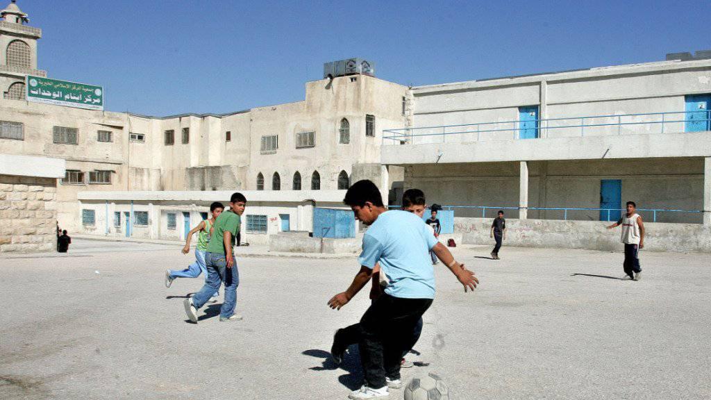 Palästinenische Kinder spielen in einer Schule in einem jordanischen Flüchtlingslager: Mehr als die Hälfte der Flüchtlingskinder hat laut UNICEF keinen Zugang zu Bildung. (Archivbild)