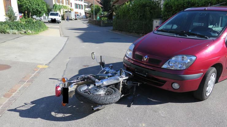 Ein Motorradfahrer verletzte sich nach einer Kollision mit einem Auto.