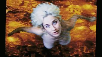 Es geht langsam aufwärts: Pipilotti Rist brachte frischen Wind in die Kunst und die Frauen ins Gespräch. Mutig setzt sie sich selbst in Szene – wie im Video «Lava» von 1994.