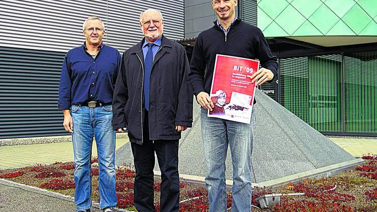 Werben um Lehrstellen: Von links Beat Blaser (Bernhard Polybau AG), Richard Bobst (Ammann Schweiz AG) und Beat Kaser (Berufsfachschule, Projektleiter). (jpw)