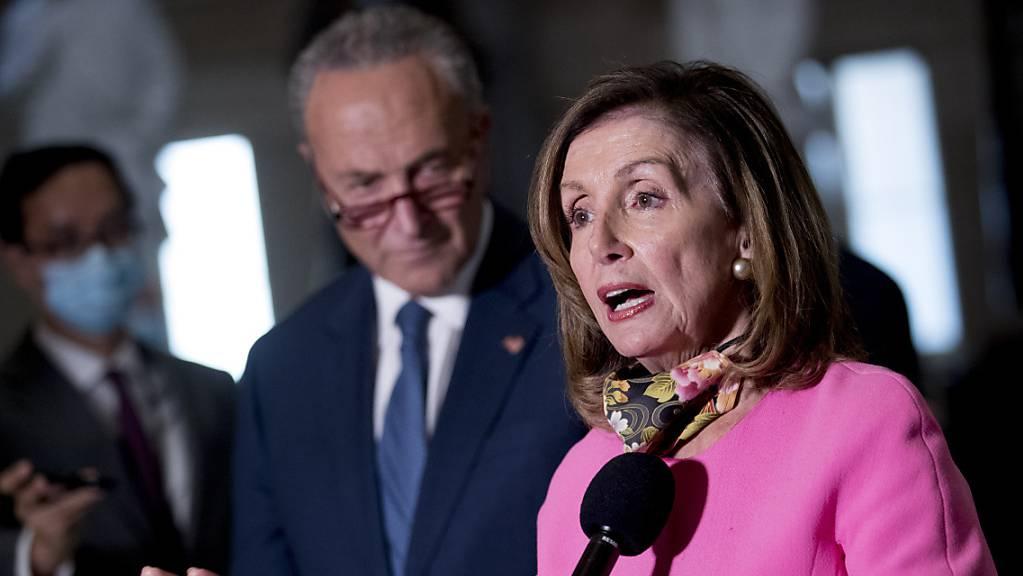dpatopbilder - Nancy Pelosi, Sprecherin des Repräsentantenhauses, und Chuck Schumer, Fraktionsführer der Demokraten im US-Senat, nach einem Treffen mit US-Finanzminister Mnuchin. Foto: Andrew Harnik/AP/dpa