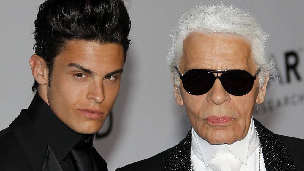 ARCHIV - Modeschöpfer Karl Lagerfeld (r) und Baptiste Giabiconi 2010 beim Filmfestival in Cannes. Foto: Ian Langsdon/epa/dpa