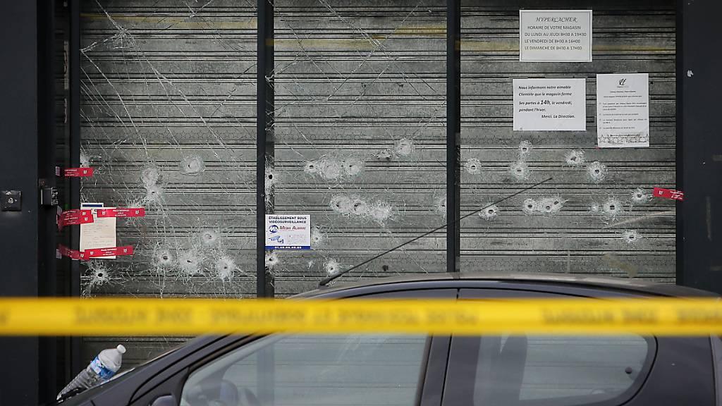 ARCHIV - Einschusslöcher sind an einem der Anschlagsorte zu sehen. Foto: Fredrik von Erichsen/dpa