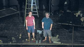 Chrigu Stuber und Pipo Kofmehl posieren auf der Bühne, der Journalist steht auf dem Gerüst wo bald der neue Balkon entstehen soll.