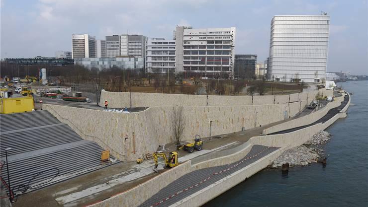 Der neue Rheinuferweg im St. Johann ist nicht nur für Fussgänger und Velofahrer, sondern auch für Rheinschwimmer attraktiv.