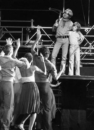 "Toni Vescoli umarmt im Musical ""Tell!"" als Wilhelm seinen Sohn Walter."
