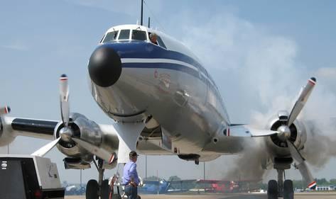 Der Asphalt vibriert und die Herzen der Flugzeugfans ebenso, wenn die Lockheed L-1049 «Super Constellation» die Motoren warmlaufen lässt.