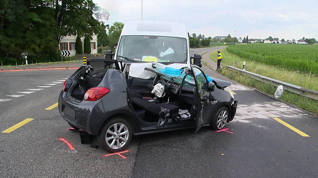 Unfall: Frau übersieht Lieferwagen