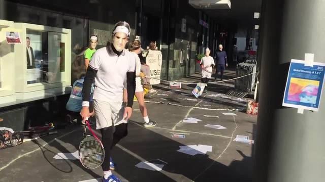 Demonstranten verkleiden sich als Roger Federer
