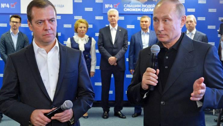 Russlands Präsident Putin (Rechts) und Regierungschef Medwedew feiern den Sieg der Kremlpartei.