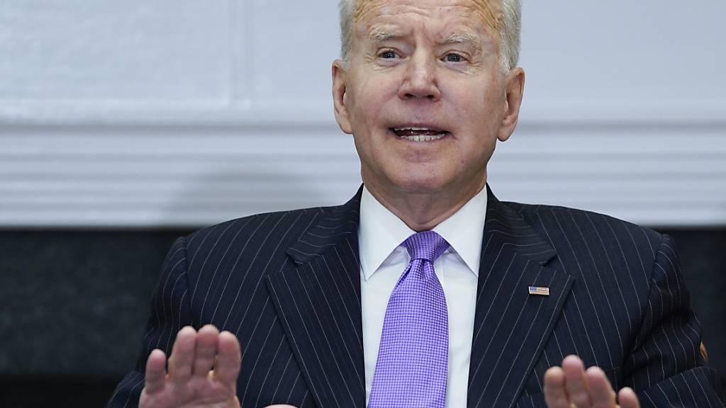 Joe Biden, Präsident der USA, spricht während eines Treffens im Roosevelt-Raum des Weißen Hauses. Foto: Evan Vucci/AP/dpa