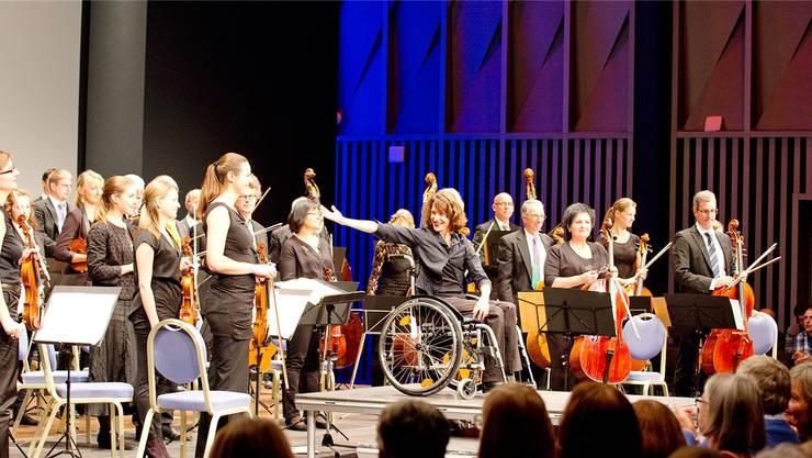 Dirigentin Felicitas Gadient (Mitte) bedankt sich bei ihrem Orchester und beim Schumann-Quartett für deren Einsatz. Susanne Venditti