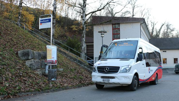 Ein Kleinbus der RVBW-Linie 9 wartet an der Haltestelle Kraftwerk im Kappelerhof.