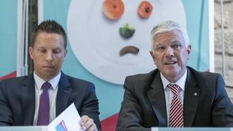 SVP-Nationalrat Christian Imark (SO), links, und GastroSuisse-Direktor Daniel Borner halten nichts von neuen Vorschriften in der Nahrungsmittelproduktion. Sie stellen sich gegen die Agrarinitiativen, über die am 23. September abgestimmt wird.