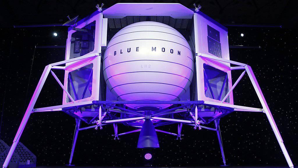 Platz für vier Fahrzeuge: Amazon-Gründer Jeff Bezos präsentierte am Freitag in Washington ein Modell seines geplanten Raumschiffs «Blue Moon».