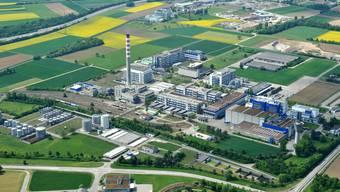 In Sisseln soll eines der grössten Holzkraftwerke der Schweiz entstehen – in unmittelbarer Nähe des höchsten Industriekamins des Landes.