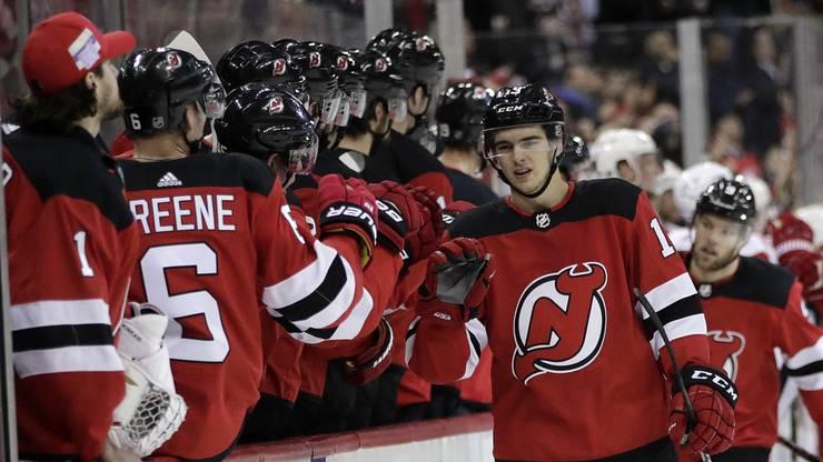 Nico Hischier klatscht bei seinen Teamkollegen der New Jersey Devils ab.