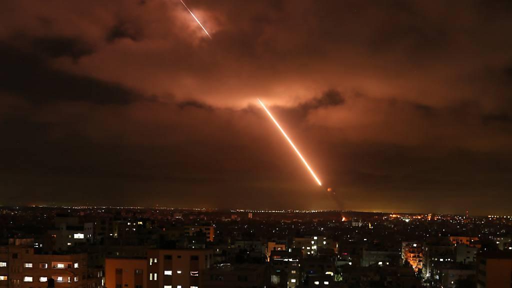 ARCHIV - Archivbild: Israels Iron-Dome-Raketenabwehrsystem fängt Raketen ab. Foto: Bashar Taleb/APA Images via ZUMA Wire/dpa