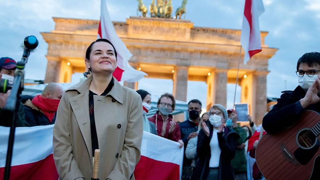 dpatopbilder - Die Oppositionsführerin Swetlana Tichanowskaja aus Belarus singt mit ihren Anhängern am Brandenburger Tor ein Lied. Tichanowskaja trifft am 06.10.2020 auch die Bundeskanzlerin. Foto: Kay Nietfeld/dpa