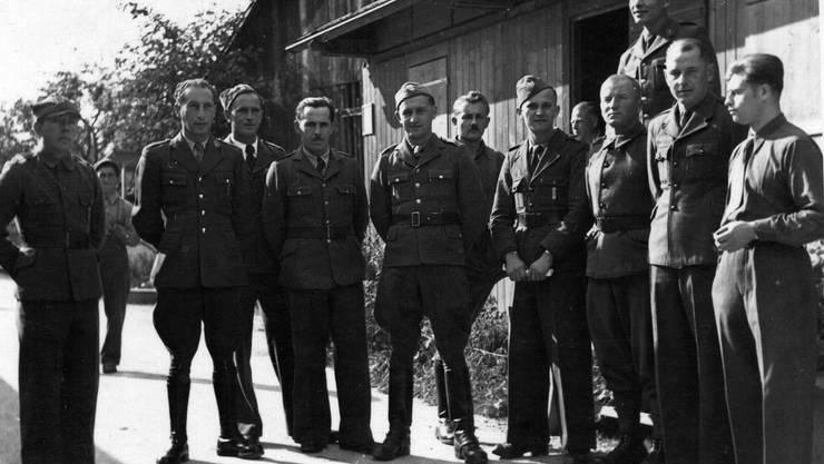 Eduard Slania (5. v.l.) unterrichtete in Oeschgen zwischen 1941 und 1945 andere Lagerbewohner. zvg