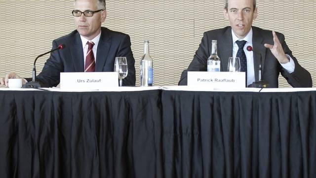 FINMA-Direktor Patrick Raaflaub (r.) spricht an der Seite von Urs Zulauf, Leiter Strategische Grundlagen, in Bern