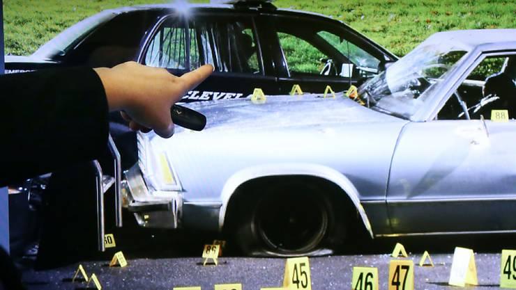 Das kugeldurchsiebte Auto, in dem in Cleveland in den USA ein Paar starb. Sechs Polizisten hatten in 20 Sekunden insgesamt 137 Schüsse auf das Fahrzeug abgegeben. Sie wurden nun entlassen. (Archivbild)